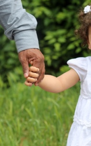 An der Hand von Papa